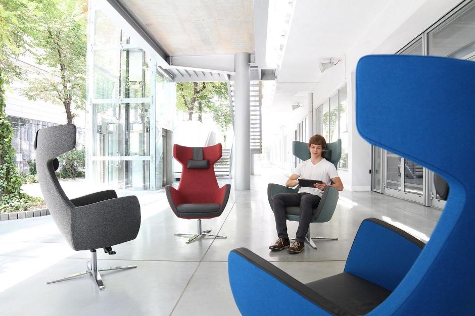 Wygodne fotele w strefie open space to podstawa. Fot. Everspace