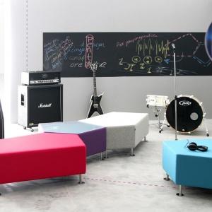 Modułowe siedziska w różnych kolorach. Fot. Everspace