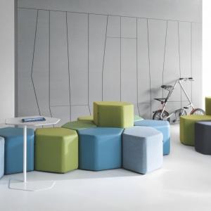 Modułowe pufy doskonale sprawdzają się w open space'ach. Fot. Everspace