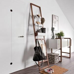 Drabina z kolekcji Mio to ciekawy sposób przechowywania w salonie. Fot. Vox