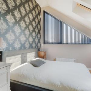 Nawet jeśli sypialnia jest mała, nie warto rezygnować z dużego łóżka. Fot. Fabryka Materacy Janpol