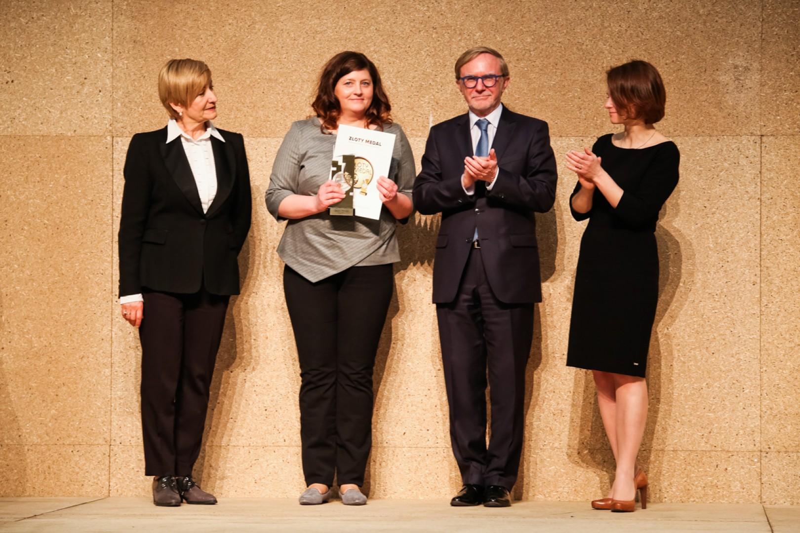 Przedstawicielka firmy Wajnert Meble odbiera Złoty Medal MTP za kolekcję Barcelona. Fot. Centrum Prasowe MTP