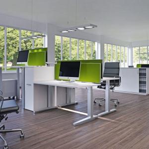 Ergonomiczne ustawienie mebli poprawia komfort pracy i nie naraża pracowników biuro-wych na dolegliwości ortopedyczne. Fot. Hettich