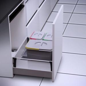 Dolna szafka w kuchni może służyć do przechowywania środków czystości. Segregator Multino. Fot. GTV