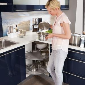 Granatowe fronty w kuchni wyglądają efektownie. Fot. Nobilia