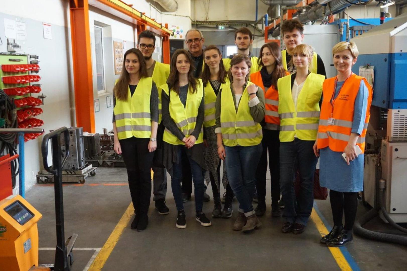 Studenci ASP Łódź w zakładzie produkcyjnym firmy Gamet. Fot. Gamet