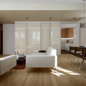 Białe meble tapicerowane nie jest trudno utrzymać w czystości, a biała zabudowa dodaje lekkości aranżacji. Fot. Komandor