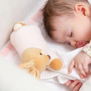Prawidłowe kształtowanie się kręgosłupa w pierwszych latach życia jest niezwykle ważne. Materac, na którym śpi dziecko, ma na to niebagatelny wpływ. Fot. Materiały prasowe Fabryka Materacy Janpol
