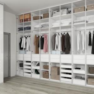 Podstawowym udogodnieniem, na które warto się zdecydować podczas segregacji odzieży w szafie są drążki. Dzięki nim ubrania się nie gniotą. Fot. Komandor