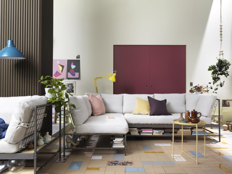 Miejsca do przechowywania w salonie nigdy nie jest za wiele. Ekebol to sofa z półką pod siedziskiem. Fot. IKEA