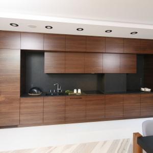 Drewno sprawia, że kuchnie są eleganckie i stylowe. Projekt: Jan Sikora. Fot. Bartosz Jarosz