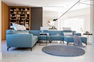 Sofa w salonie. Śliczne propozycje w kolorze niebieskim