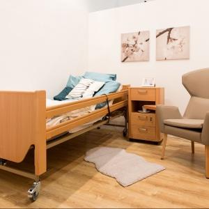 """Łóżko, szafka nocna i fotel z kolekcji """"Senior"""" (Paged) – każdy z tych sprzętów wyposażony jest w dodatkowe funkcje ułatwiające ich użytkowanie."""