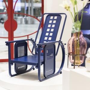 """Współczesna wersja """"Sitzmaschine"""" - fotela o regulowanym oparciu, zaprojektowanego ponad 100 lat temu przez austriackiego designera Josefa Hoffmanna – zaprezentowana na targach meblowych w Sztokholmie w 2017."""