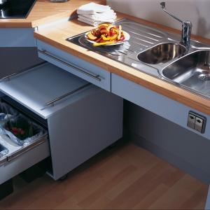Meble kuchenne (Granberg Germany) wyposażone w elektrycznie sterowane windy dostosowujące wysokość szafek do użytkownika.