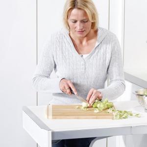 Top Flex to system, który umożliwia nam cieszenie się małym, ale sprytnym i wygodnym stolikiem. Gdy stolik nie jest używany, blat pozostaje ukryty za frontem szuflady. Fot. Peka