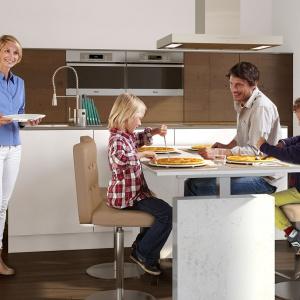 System argoAGENTtwin z blatem może z powodzeniem pełnić funkcję dużego stołu w większych kuchniach, również w tych połączonych z salonem. Fot. Peka