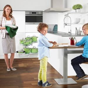 Rozwiązanie ergoAGENTmono może służyć także jako barek śniadaniowy w niedużych kuchniach lub być biurkiem dostosowanym do wzrostu dzieci, które potrzebują miejsca na odrabianie lekcji. Fot. Peka