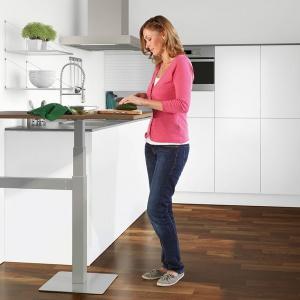 Jadalnia w kuchni może być urządzona w funkcjonalny sposób, który dodatkowo sprzyja wspólnemu spędzaniu czasu. Fot. Peka