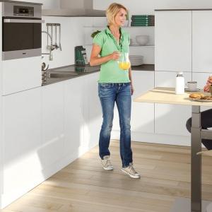 Regulacja wysokości blatu umożliwia ustawienie go na wysokości w zakresie od 655 do 1115 mm i pracę przy stole w pozycji siedzącej lub stojącej. Fot. Peka