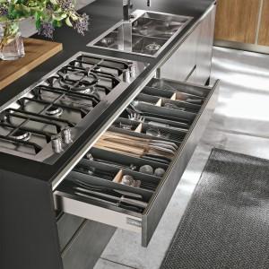 Szeroka szuflada w kuchni to praktyczne rozwiązanie. Fot. Stosa