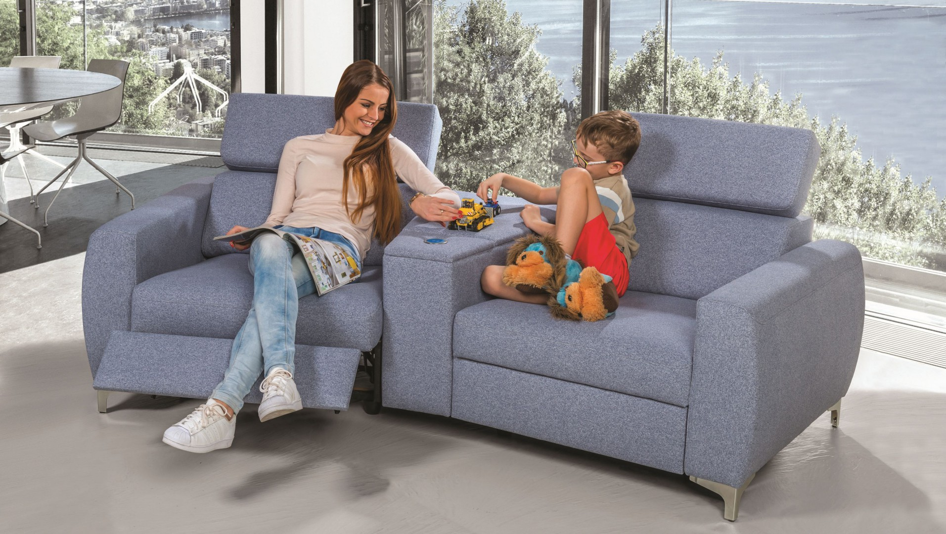 Zestaw Spoleto firmy Meblomak. Siedzisko wyposażone jest w funkcję relaks z napędem elektrycznym. Za pomocą sensorów dyskretnie schowanych pomiędzy siedziskiem a bokiem następuje płynna regulacja siedziska, podnóżka oraz oparcia. Fot. Meblomak