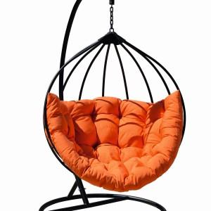 Pomarańczowy fotel - huśtawka. Fot. Miloo Home