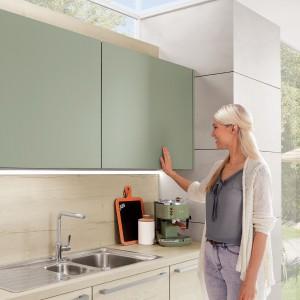 Gładkie, matowe fronty wiszących szafek pasują do minimalistycznych kuchni. Fot. Nobilia