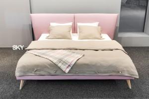 Łóżko na wysokich nóżkach