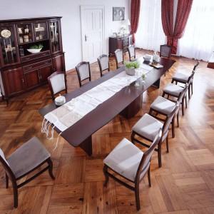 """W kolekcji 'Wiktoria"""" (Mebin) stół zamiast nóg ma kolumny, które rozsuwają się podczas rozkładania. Fot. Mebin"""