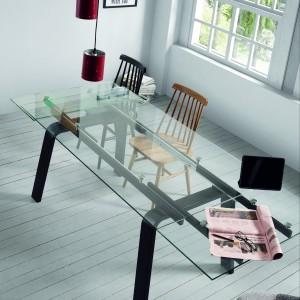 Nawet stół ze szklanym blatem może posiadać wygodny mechanizm rozkładania. Fot. LaForma