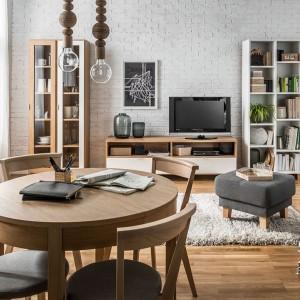 Kolekcja Simple to meble z jasnego drewna w modnej, skandynawskiej stylistyce. Fot. Vox