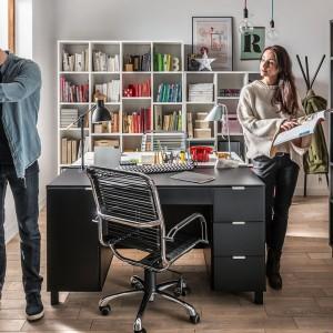 Meble z kolekcji Simple zapewniają wiele miejsca do przechowywania. To doskonałe rozwiązanie do domowego biura. Fot. Vox