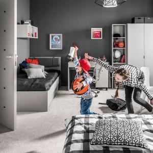 Meble z tej samej kolekcji pozwolą wygodnie urządzić pokój dla dzieci w różnym wieku. Fot. Vox