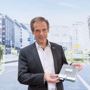 Prezes Volkmar Denner prezentuje moduł sztucznej inteligencji. Fot. Bosch