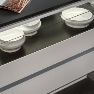 Pod blatem kuchennej wyspy, w przeszklonej szufladzie można przechowywać talerze. Fot. Zajc Kuchnie