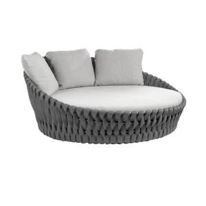 Łóżka ogrodowe to komfortowe rozwiązanie. Rozstawione wśród zieleni, drzew i kwiatów pozwalają na pełen relaks i wypoczynek. Fot. Go Modern Furniture