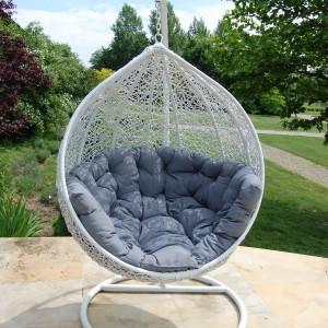 Huśtawka ogrodowa Cocoon z eco-rattanu, firmy Miloo. Charakterystyczny design mebla jest prawdziwą ozdobą ogrodu, tarasu czy też każdego innego miejsca wewnątrz domu. Fot. House&More