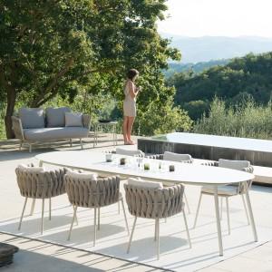 Kolekcja Tribu Tosca wyróżnia się nowoczesną formą. Krzesła są lekkie i oferują duży komfort siedzenia. Fot. Go Modern Furniture