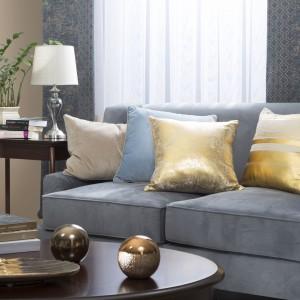 Połyskujące i eleganckie poduszki sprawią, że kanapa będzie bardziej stylowa. Fot. Eurofirany