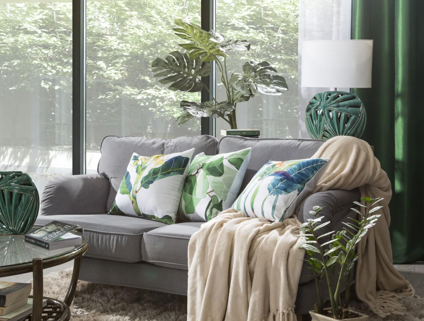 Dobierając poszewki, które ozdobią naszą kanapę, warto mieć na uwadze pozostałe tekstylia w danym pomieszczeniu, jak np. zasłony czy obrus na stole. Fot. Eurofirany