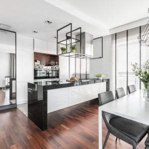 Biała lakierowana kuchnia otwarta na salon będzie neutralnym tłem i optycznie powiększy całą strefę dzienną. Projekt: Joanna Węgłowska, Wioletta Cieślik Fot. Pion Poziom.