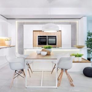 Biała kuchnia ocieplona drewnem. Fot. Studio Max Kuchnie/ Vigo