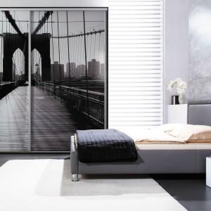 Szafa z nadrukiem na froncie to ciekawa ozdoba sypialni. Fot. Wajnert Meble