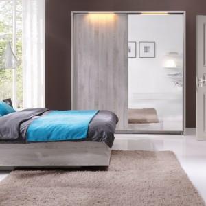 Łóżko z sypialni Moment ma tapicerowany zagłówek w zdecydowanym kolorze. Fot. Wajnert Meble