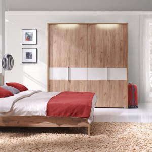 Sypialnia Melody. Łóżko na wysokich nóżkach sprawdzi się nawet w małym wnętrzu. Fot. Wajnert Meble