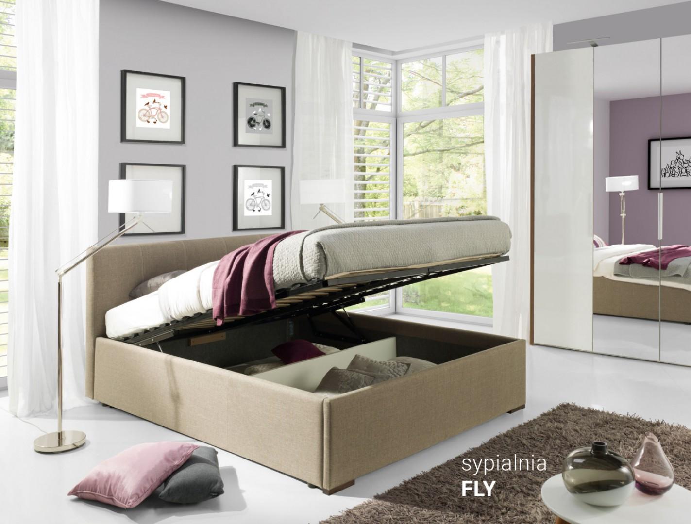 Kolekcja Fly z dyskretnymi przeszyciami to dobry wybór dla sypialni pełniącej rolę domowego zacisza. Świetnie wypadnie w kompozycji z pikowaną pufą. Fot. Wajnert Meble