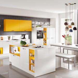 Żółte akcenty ożywiają białą zabudowę kuchenną. Fot. Nobilia