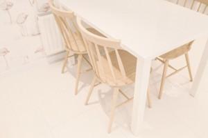 Meble z jasnego drewna i biel - zobacz ciekawą realizację!