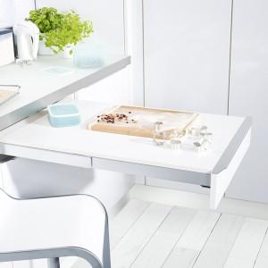 Wysuwany blat stolika sprawdzi się w ciasnej kuchni. Fot. Peka